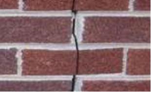 fasadearbeid på sprukket murfasade